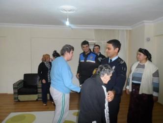 POLİSLER ENGELLİLERİ ZİYARET ETTİ