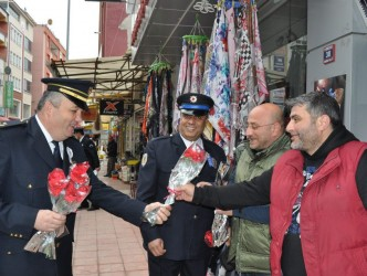POLİSLER HALKA KARANFİL DAĞITTI