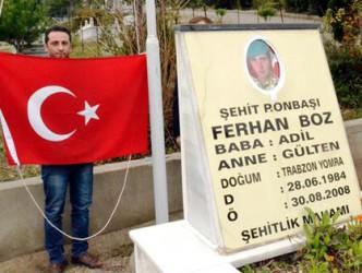 Şehidin Kabrindeki Göndere İtfaiye Aracıyla Türk Bayrağı Çekildi