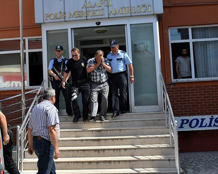 Zonguldak'ın Alaplı ilçesinde kuyumculara sahte altın satarak dolandırıcılık yaptığı öne sürülen 2 kişi, gözaltına alındı. ( Cem Sürmeneli - Anadolu Ajansı )